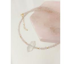 Kolia z różowego kwarcu z kamieniem kryształowym